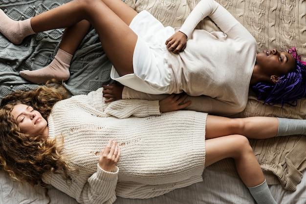 Frauen schlafen zusammen auf dem bett