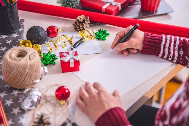 Frauen schreiben weihnachtsbrief