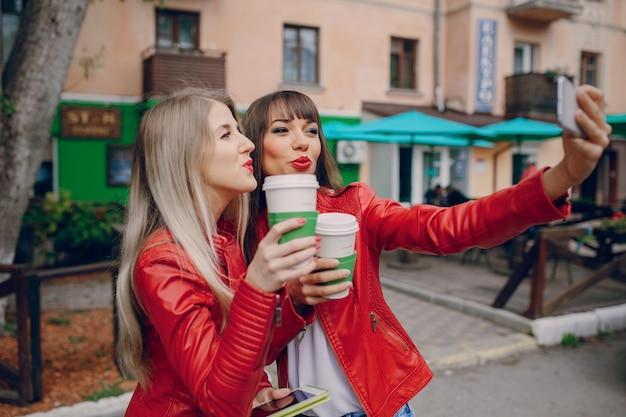 Frauen setzen schnauzen nach einem foto