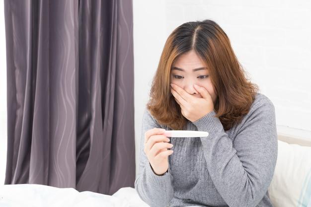 Frauen sind begeistert von schwangerschaftstestergebnissen.