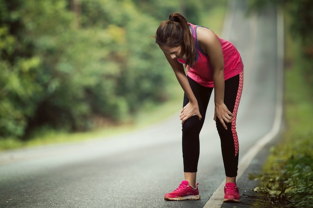 Frauen sind müde vom joggen an einem steilen hang