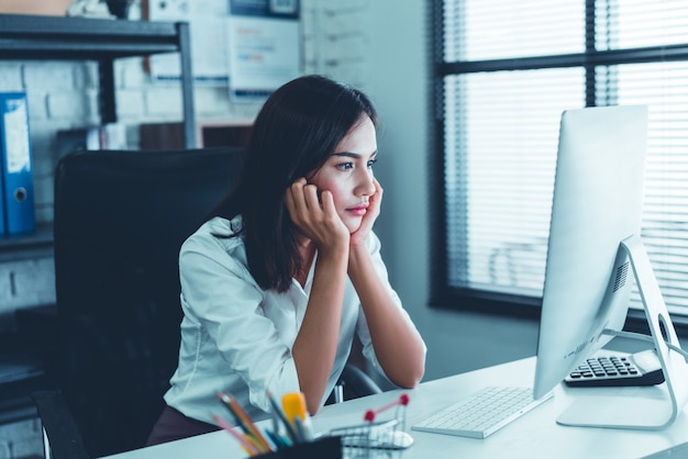 Frauen sind müde von der arbeit