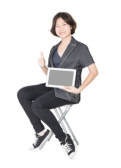 Frauen sitzen auf stuhl mit handy