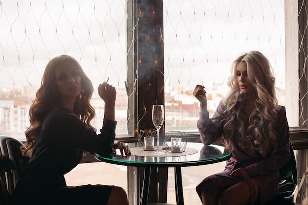 Frauen sitzen im restaurant und rauchen