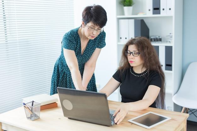 Frauen sitzen und diskutieren ideen im