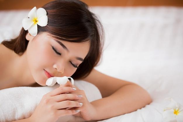 Frauen spa und riechen die blumen