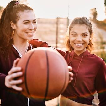 Frauen spielen ein basketballspiel