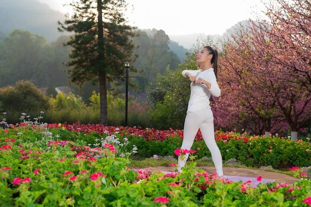 Frauen spielen yoga im park