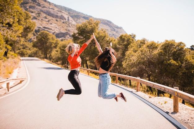 Frauen springen und hoch fiving