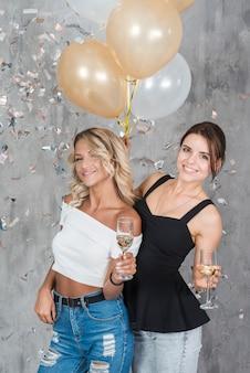 Frauen stehen mit champagner