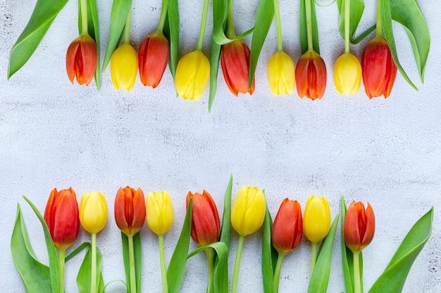 Frauen-tagesgrußkarte, tulpenblumen, draufsicht, kopienraum