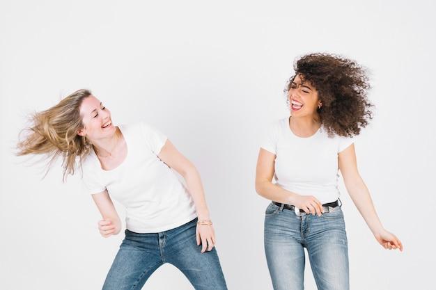 Frauen tanzen und schütteln haare