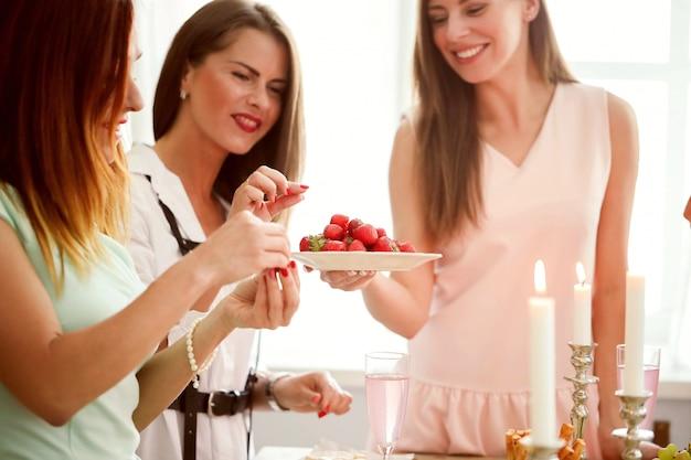 Frauen teilen essen und snacks