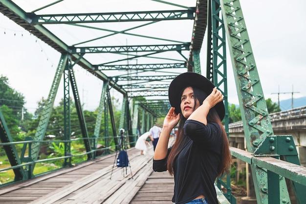 Frauen tragen hüte, allein unterwegs