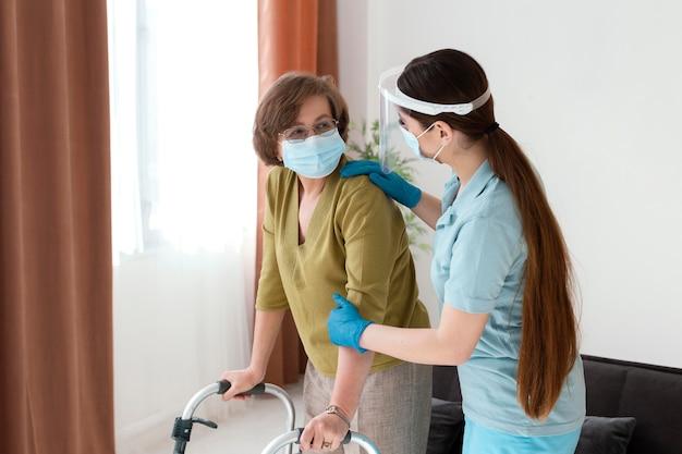 Frauen tragen masken mittlerer schuss