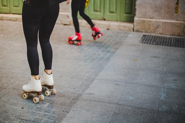 Frauen tragen rollerskates auf dem pflaster