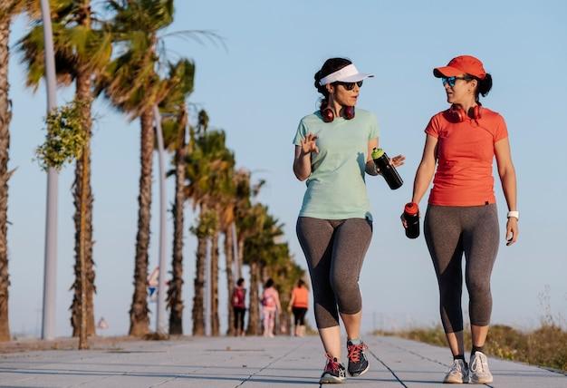 Frauen treiben sport auf der straße