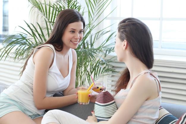 Frauen trinken cocktails und reden