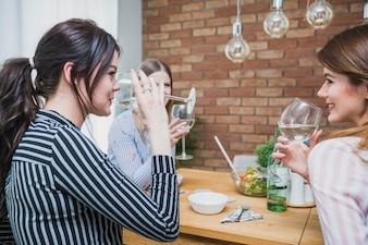 Frauen trinken Wein und lächeln