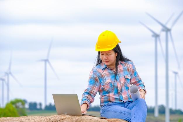 Frauen überprüfen computersysteme und arbeiten an bauplänen.