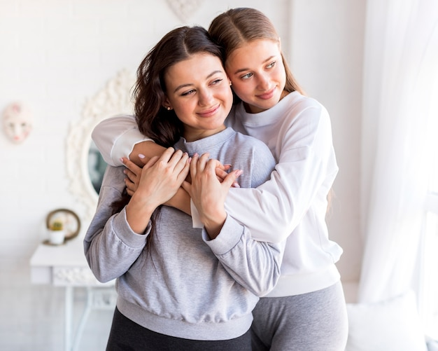 Frauen umarmen und wegsehen