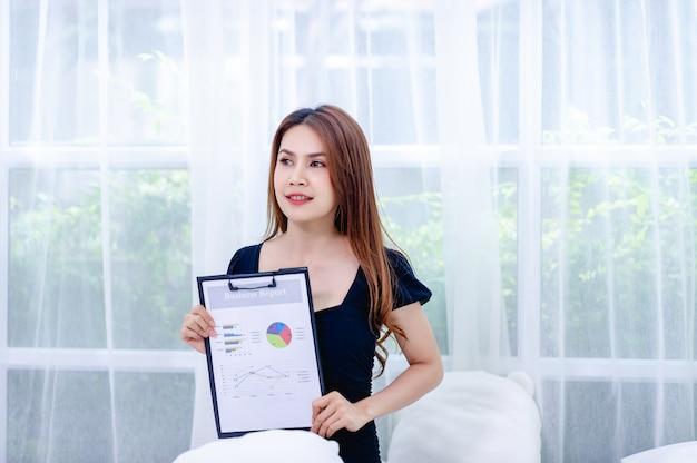 Frauen und grafik junge business-frauen präsentieren business-pläne das konzept eines erfolgreichen geschäftsmannes