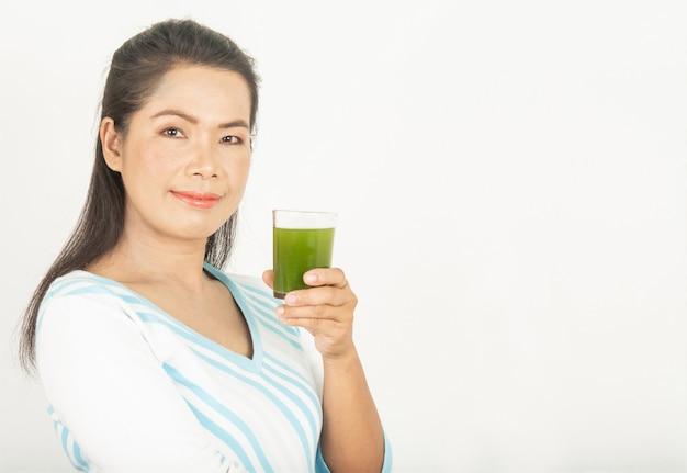 Frauen und grüne getränke für die gesundheit