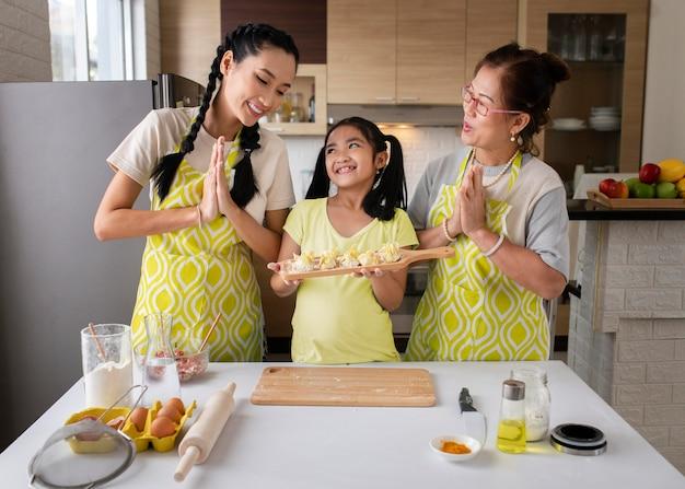 Frauen und mädchen kochen zusammen