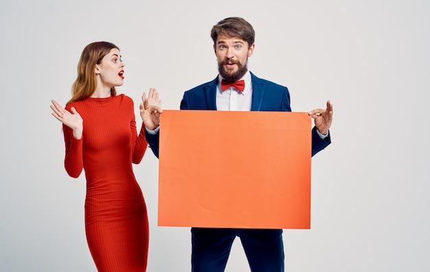 Frauen und männer auf einem hellen hintergrund gestikulierend mit handwerbung anzug