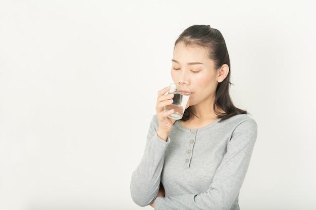 Frauen und wasser in getränken für gesundheit und schönheit