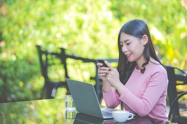 Frauen verkaufen produkte über soziale medien