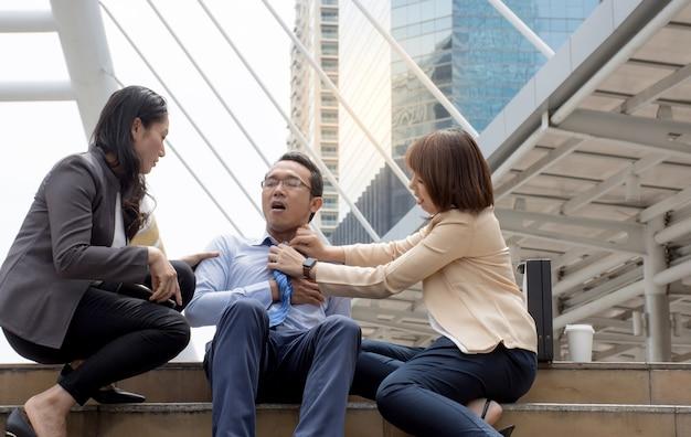 Frauen versuchen ihrer freundin zu helfen, starke schmerzen in der brust als herzinfarkt zu haben