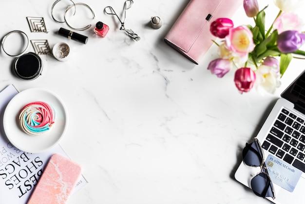 Frauen-weiblicher lebensstil-einkaufs-fashionista mit marmorhintergrund
