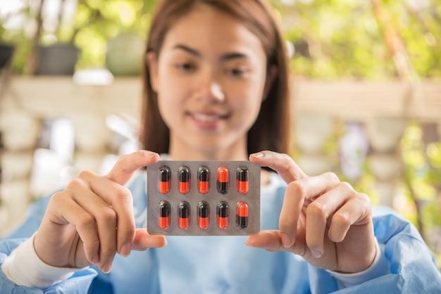 Frauenapotheker, der verschreibungspflichtiges medikament von der doktorbestellung hält