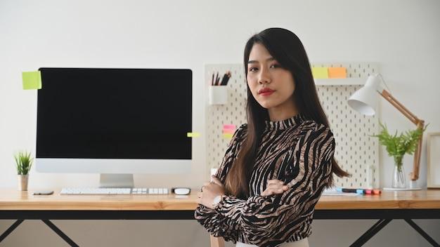 Frauenarbeitskonzept, weiblicher kreativer künstler, der kamera im stilvollen büro betrachtet.