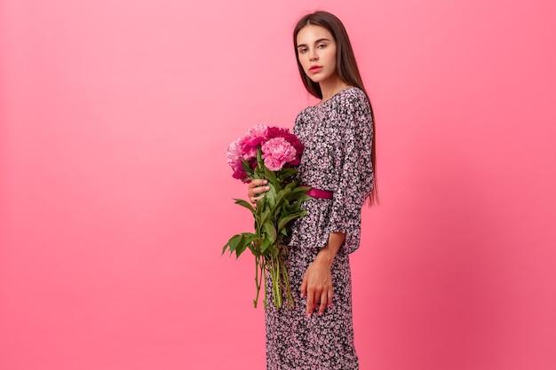 Frauenart auf rosa hintergrund
