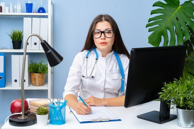 Frauenarztporträt an ihrem schreibtisch, büroinnenraum