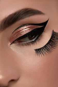 Frauenauge mit abendlichem make-up, das zur seite schaut