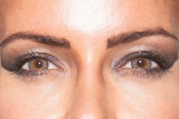 Frauenaugen mit farbigen kontaktlinsen
