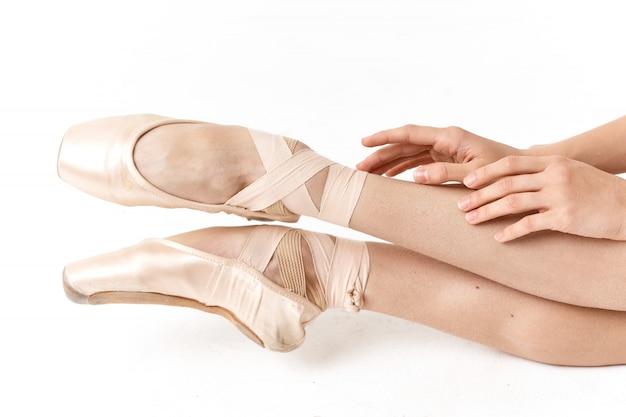 Frauenballerina tanzendes ballett auf einem licht