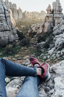 Frauenbeine mit den bergen