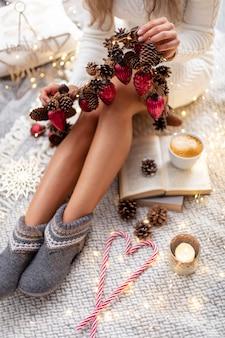 Frauenbeine mit weihnachtssocken.