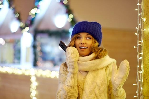 Frauenbenennen beglückwünschen mit weihnachtsdekoration