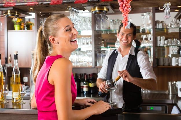 Frauenbestellungsglas wein an der bar