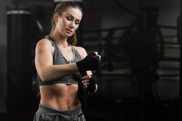 Frauenboxer, der zur ausbildung fertig wird