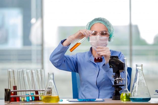 Frauenchemiker, der im labor arbeitet