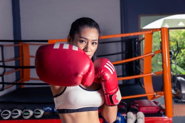 Fraueneignungsturnhalle der frau, die gewichtsverlust für dünne und feste athletenerbauermuskeln nimmt