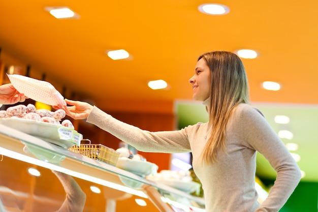 Fraueneinkauf im supermarkt