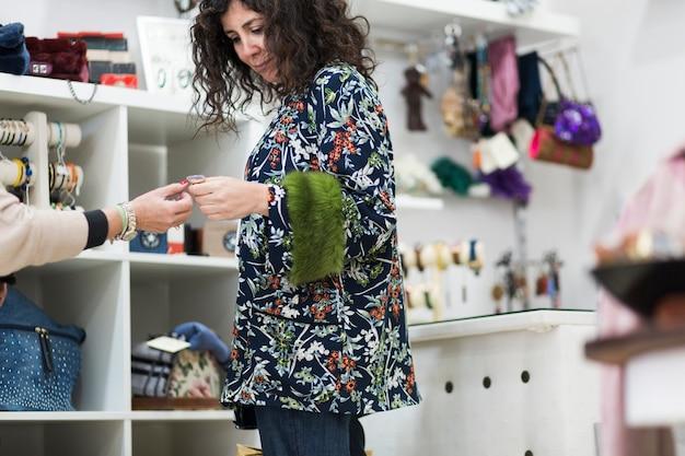 Fraueneinkaufen im geschäft und lächeln