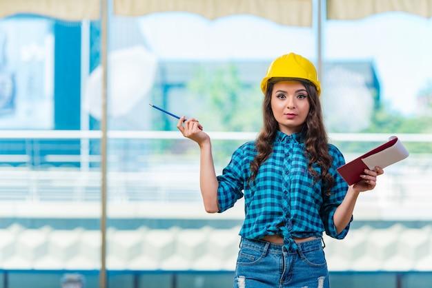 Frauenerbauer, der kenntnisse an der baustelle nimmt